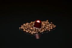 豆的有胶囊的咖啡杯 免版税库存照片