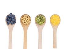豆的汇集在白色隔绝的木匙子的 库存图片