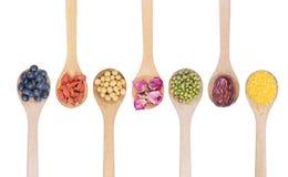 豆的汇集在白色隔绝的木匙子的 免版税库存图片