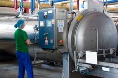 绿豆的生产的运作的过程在罐头工厂的 免版税库存图片