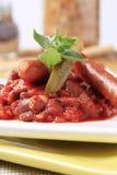豆红色香肠炖煮的食物 图库摄影