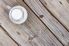 豆红萝卜花椰菜食物自然字符串蔬菜 一个水罐在一张木桌上的牛奶,顶视图,特写镜头 土气样式 免版税图库摄影