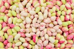 豆背景 束红色和白色和红色和绿豆 库存图片