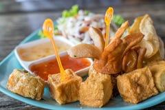 豆腐、香肠,猪肉饺子油煎的和沙拉 库存图片