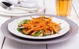 豆腐沙拉用红萝卜、菠菜和芝麻 库存照片