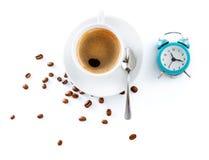 从豆蓝色闹钟的杯咖啡 免版税图库摄影