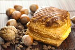豆蛋糕巧克力咖啡螺母 免版税库存照片