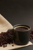 豆被装载的咖啡杯 免版税库存照片