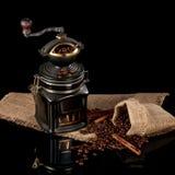 豆,在袋装光滑的桌的手工磨房 库存照片