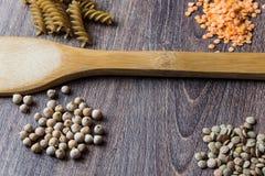 豆类 红色和黑暗的扁豆、鸡豆和整粒面团成份的装饰  免版税图库摄影