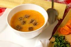 豌豆奶油色汤用南瓜、红萝卜和黑麦油煎方型小面包片 免版税库存图片