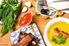 豌豆奶油色汤用熏制的火腿 库存图片