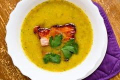 豌豆奶油色汤用熏制的火腿 图库摄影