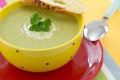 豌豆奶油色汤用荷兰芹和油煎方型小面包片 免版税库存图片