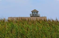 豌豆海岛老马` s头NC建筑和灯塔在夏天下午 库存照片