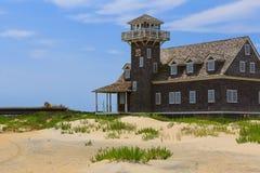 豌豆海岛老马` s头NC建筑和灯塔在夏天下午 免版税库存图片