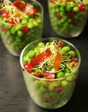 豌豆用火腿、红色果子和豆芽 免版税库存图片