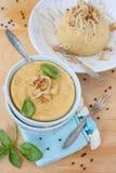 豌豆粥用在一个蓝色碗的油煎的葱 库存照片