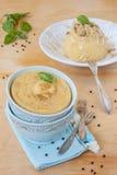 豌豆粥用在一个蓝色碗的油煎的葱 免版税图库摄影