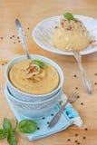 豌豆粥用在一个蓝色碗的油煎的葱 免版税库存图片