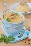 豌豆纯汁浓汤用在一个蓝色碗的葱 免版税库存照片