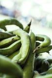 豌豆荚在农夫的市场上 库存照片