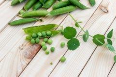 豌豆豌豆和荚在轻的背景的 概念的健康 库存图片