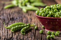 豌豆 新鲜的生物自创豌豆和荚在老橡木上 健康新鲜的绿色菜-豌豆和荚 免版税库存照片