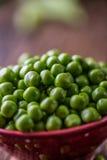 豌豆 新鲜的生物自创豌豆和荚在老橡木上 健康新鲜的绿色菜-豌豆和荚 免版税库存图片