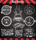 象、标签、标志、标志和设计元素的白色烤肉党收藏在黑板 库存图片