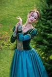 象一位公主的一名妇女葡萄酒礼服的在神仙的公园 免版税图库摄影