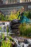 象一位公主的一名妇女葡萄酒礼服的在神仙的公园 免版税库存图片