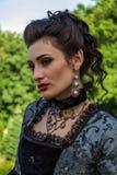 象一位公主的一名妇女葡萄酒礼服的在神仙的公园 库存图片
