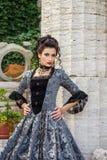 象一位公主的一名妇女葡萄酒礼服的在神仙的公园 免版税库存照片