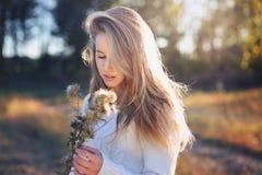 画象一美丽白肤金发式样室外 库存图片