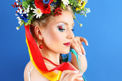 画象与花的妇女构成在蓝色背景 免版税库存照片