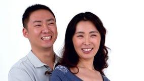 画象亚洲微笑的夫妇拥抱 股票视频