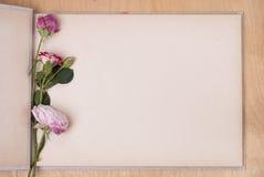 象册和玫瑰 免版税库存图片