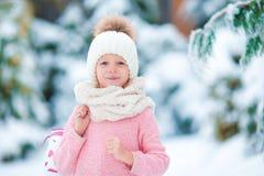 画象可爱小女孩去滑冰在冬天雪天户外 库存照片