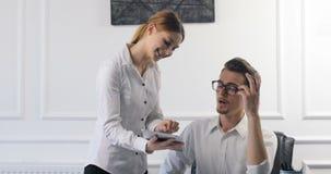 画象在工作场所射击了帮助她有吸引力的上司的秘书在办公室 明亮的当代小创造性的事务 影视素材