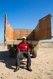 画象坐在他的卡车后的Wayuu人 库存照片