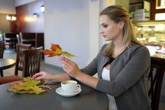 画象夫人-在咖啡馆的秋天室内 免版税图库摄影
