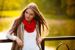 画象女孩放松的走在秋季公园 免版税库存照片