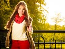 画象女孩放松的走在秋季公园 图库摄影