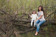 画象妈妈和女儿是拥抱和微笑户外,家庭,母性,孩子 库存图片