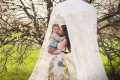 画象妈妈和女儿是拥抱和微笑户外,家庭,母性,孩子 免版税库存图片
