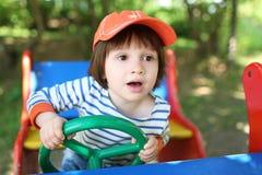 画象小男孩(2 11年)使用室外在夏天 免版税库存照片