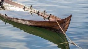 象小船的下沉的北欧海盗船 图库摄影