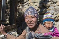画象尼泊尔母亲和孩子在街道上在喜马拉雅村庄,尼泊尔 免版税库存照片