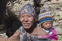 画象尼泊尔母亲和孩子在街道上在喜马拉雅村庄,尼泊尔 库存照片